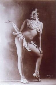 Josephine Baker en 1926 vêtue d'un pagne de bananes dans une danse légendaire