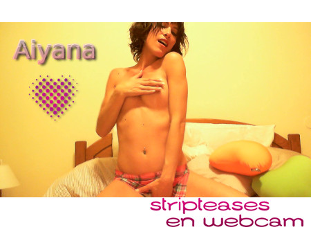Le striptease en webcam d'Aiyana, superbe brunette sexy